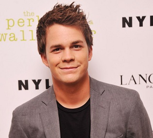 Johnny Simmons Girlfriend, Dating, Gay, Shirtless, Family, Net Worth, Bio