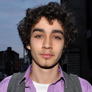 Robert Sheehan Wiki: Girlfriend, Dating, Gay, Shirtless ...