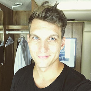 Scott Michael Foster Girlfriend, Dating, Gay, Net Worth, Height, Parents